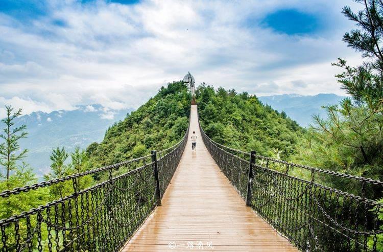 """贵州""""最惊险""""的景观房,凌空高挂在悬崖边,感觉""""摇摇欲坠"""""""