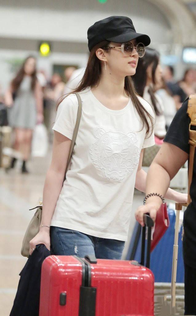 """刘亦菲真是""""女神界""""清流,机场穿简单白T接地气仍惊艳到路人"""