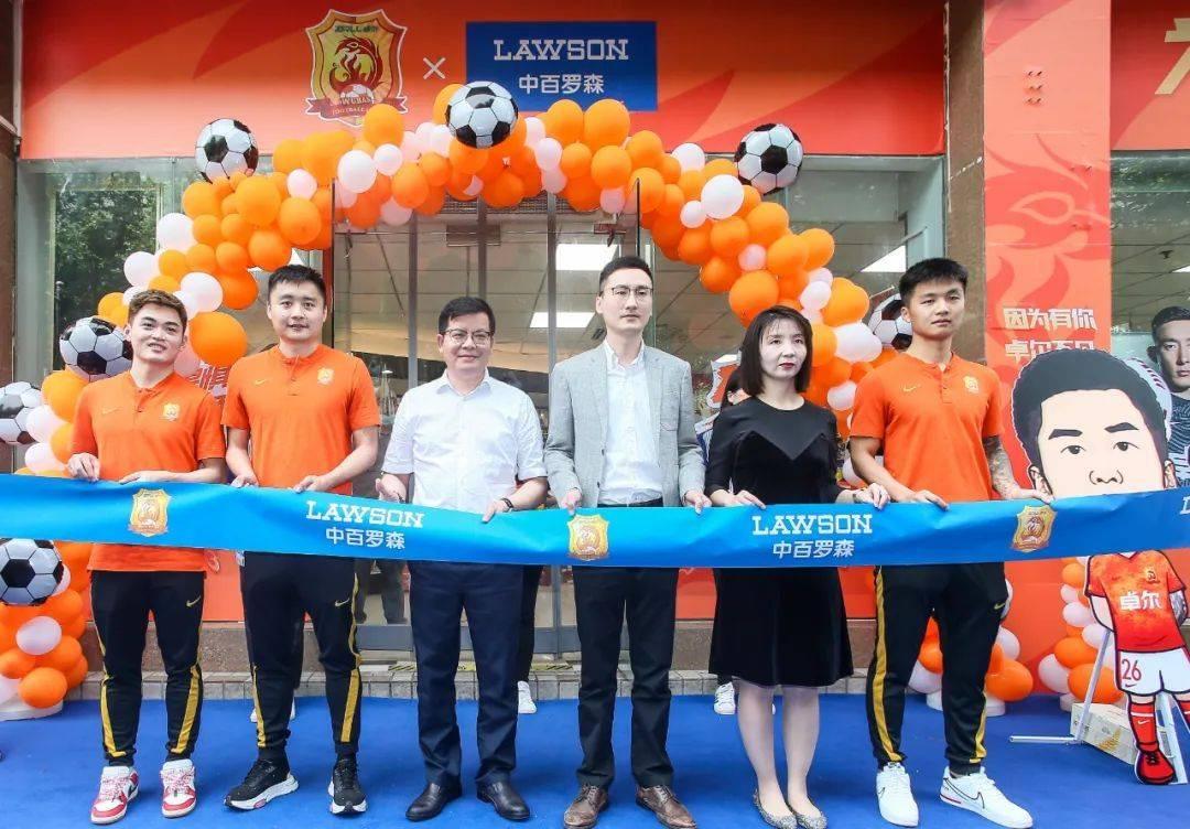 武汉队足球主题便利店开业,成球迷又一热门打卡地……