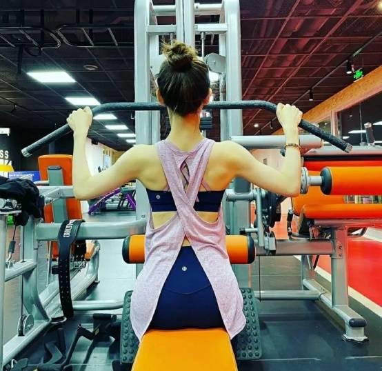 章泽天晒健身照,身材匀称肌肉却不明显,网友:首饰有点多了吧