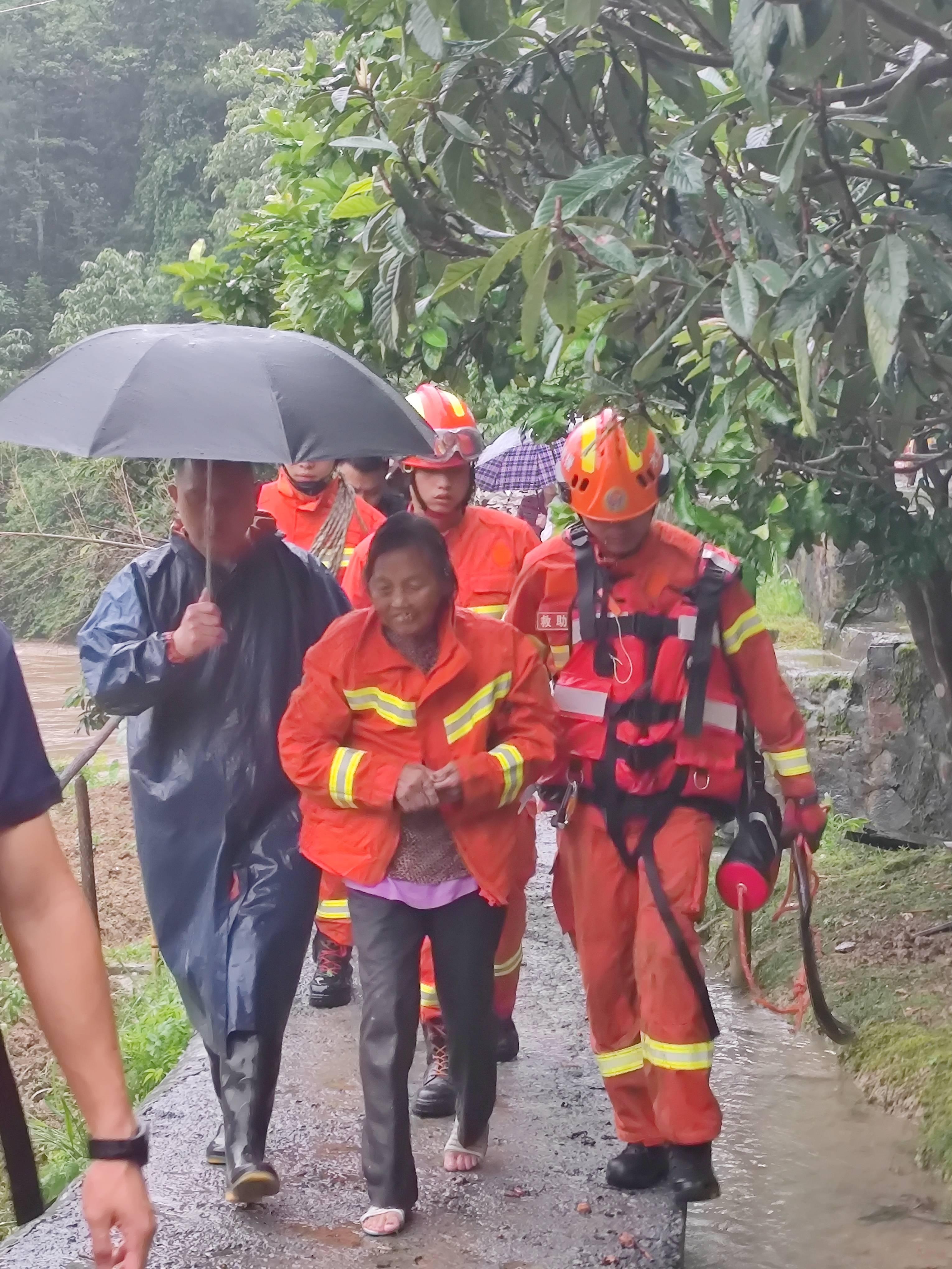 怀化八旬老人被洪水围困,消防员用镰刀开路成功营救bcz