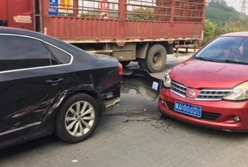 日系车蹭到大众帕萨特,看到事故现场后,网友:给德系车抹黑了