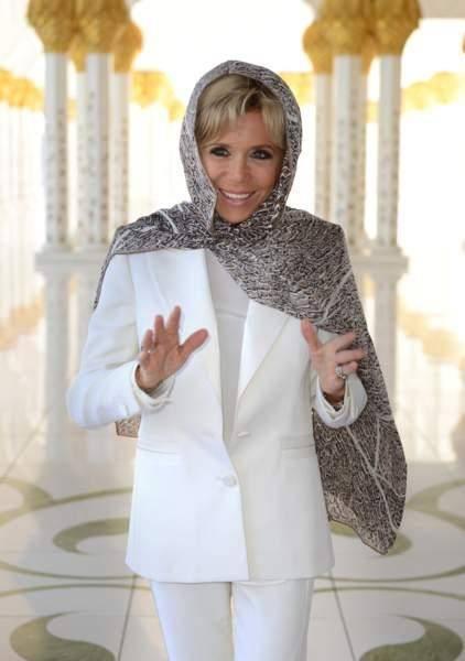 """法国夫人终于放弃""""鸡窝头"""",穿白西装裹了块头巾,意外显嫩不少                                   图1"""