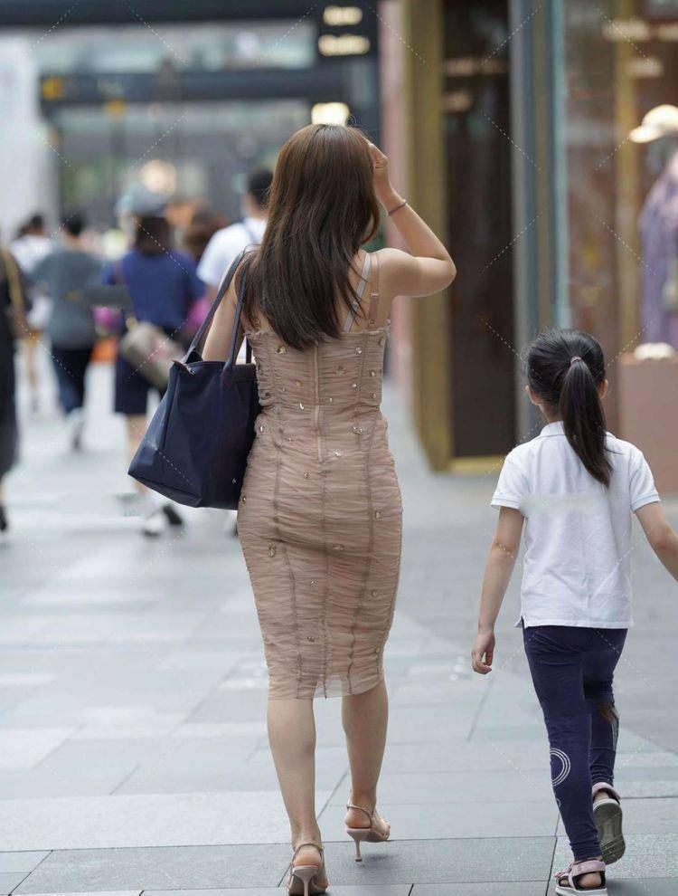 美女腳上一雙優雅的一字帶高跟鞋,優雅的綁帶顯得更加的有韻味