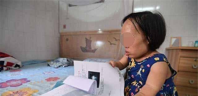 侏儒媽媽不顧反對將孩子生下,老公看到娃後離開,網友:娃真可憐