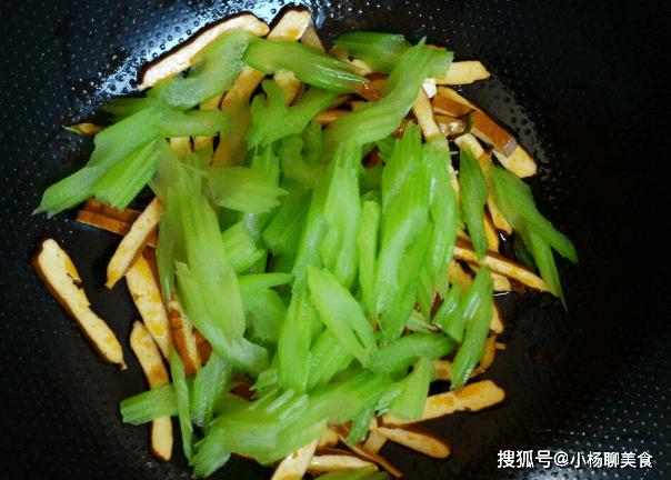 原創             芹菜炒香乾,不要直接下鍋炒,多加一步,芹菜翠綠更入味