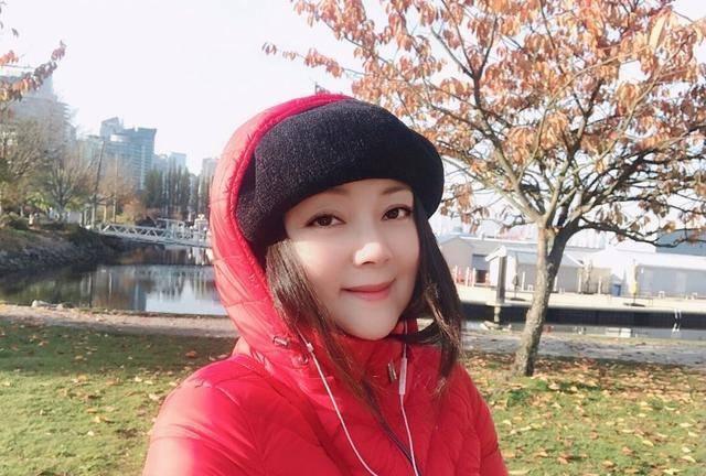 """""""薛宝钗""""张莉晒近照,54岁仍旧漂亮灵动,看上去像34岁"""