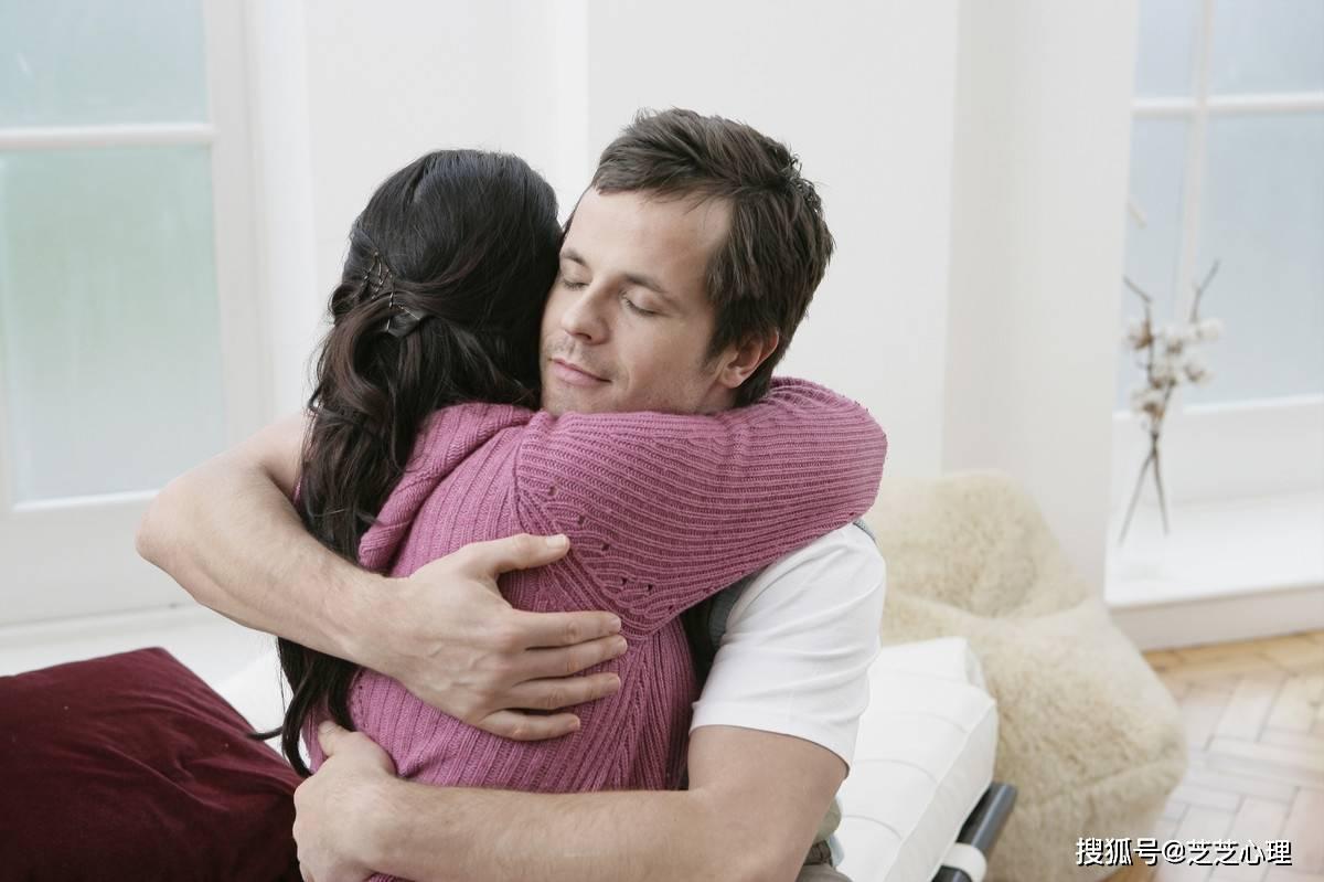 男朋友总喜欢闻我脖子 男人从后面抱你闻头发