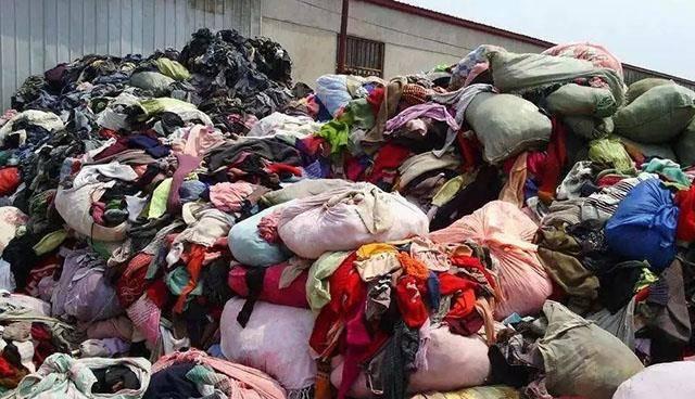 """废旧衣服回收火了,被你当成""""垃圾""""扔掉,却是别人赚钱工具"""
