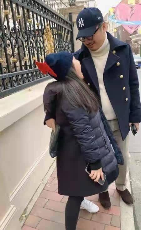 11岁王诗龄暴瘦!穿修身裤小腿细长,对王岳伦做鬼脸酷似李湘