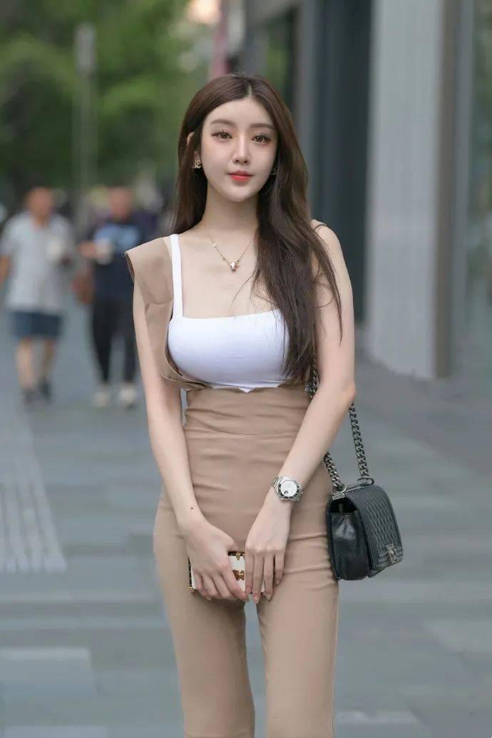 街拍女神:咖啡色背带长裤时尚妹子