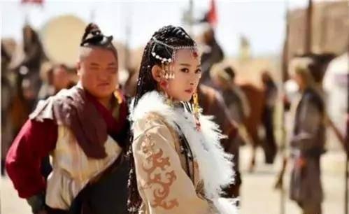 她嫁給皇帝時已經懷孕,皇帝不但不嫌棄她,還將女兒嫁給她孃家人