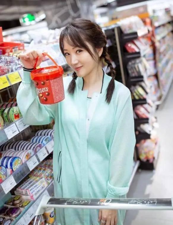 49歲楊鈺瑩減齡搭配,格紋襯衫搭碎花裙太清新,不愧是凍齡女神