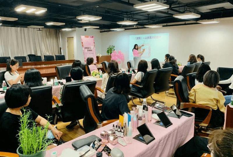 关爱女性、服务女性、成就女性——玫琳凯爱心美容课志愿服务走进华夏时报社