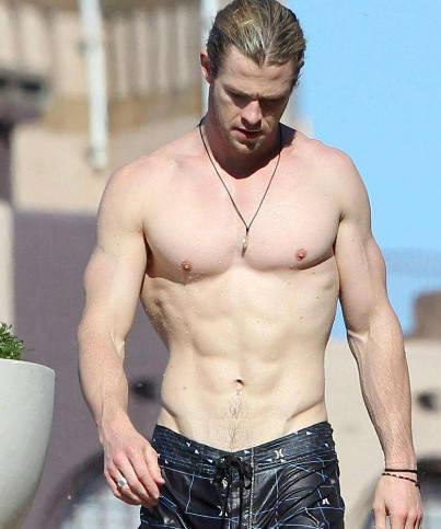 """美队的肌肉是真的 雷神的肌肉也是真的 只有他肌肉是""""注水""""的 爸爸 第2张"""