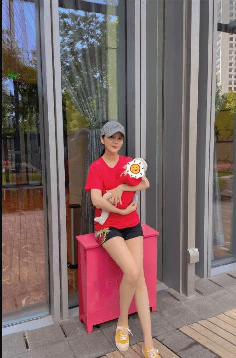 王灿在自家庭院遛娃 孕后三个月身材恢复如初 大长腿尤为吸晴-家庭网