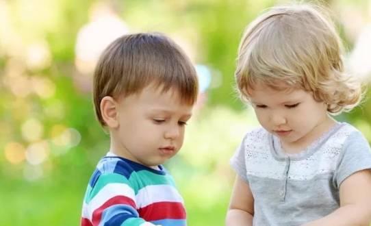 """孩子""""脑瘫""""有何迹象?两个时间段会有征兆 很容易被父母忽略-家庭网"""