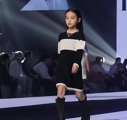 """8岁甜馨首次""""T台秀""""!化浓妆不怯场,李小璐台下超级紧张"""