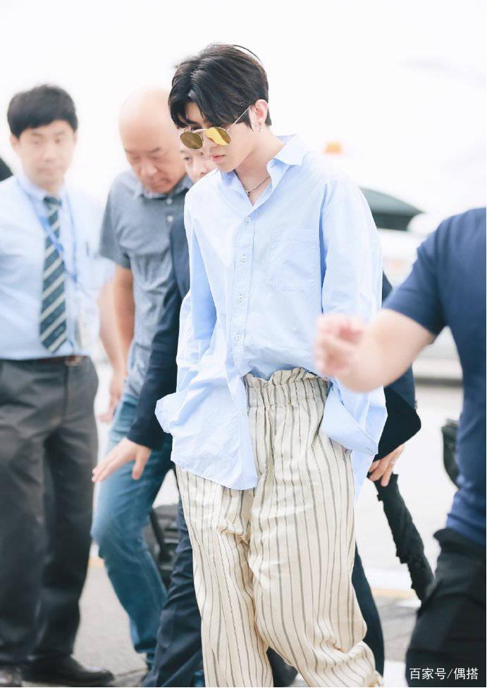 蔡徐坤好帅一男的!蓝色衬衫搭休闲裤 简约率性 但胖脸实力抢镜 爸爸 第8张