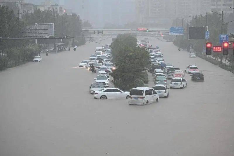 大雨天气,车辆不幸被雨水浸泡,你知道该如何报保险吗?5qg