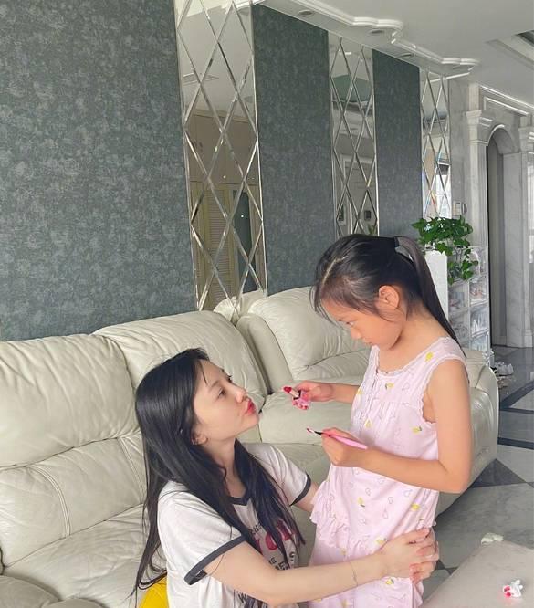 图片[8]-甜馨手动设计化妆品,李小璐素颜出镜当模特,为甜馨买千元材料-番号都