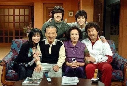 韩剧《搞笑一家人》剧照将重聚 分享各自近况