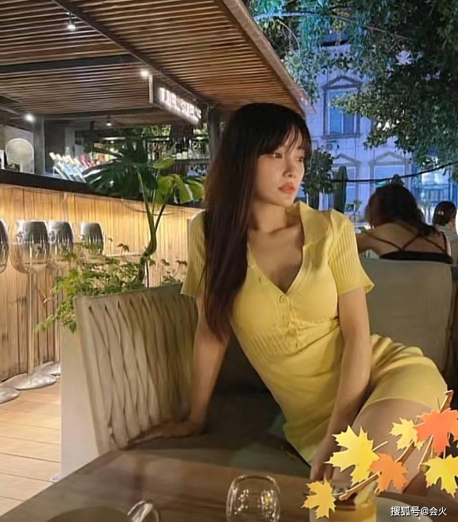 李小璐穿紧身连衣裙坐姿大胆,腰肢纤细无赘肉,39岁皮肤娇嫩不似孩子妈