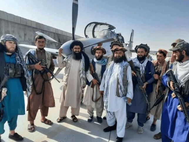 塔利班试飞美制黑鹰直升机 结果不尽人意仅在地面滑行