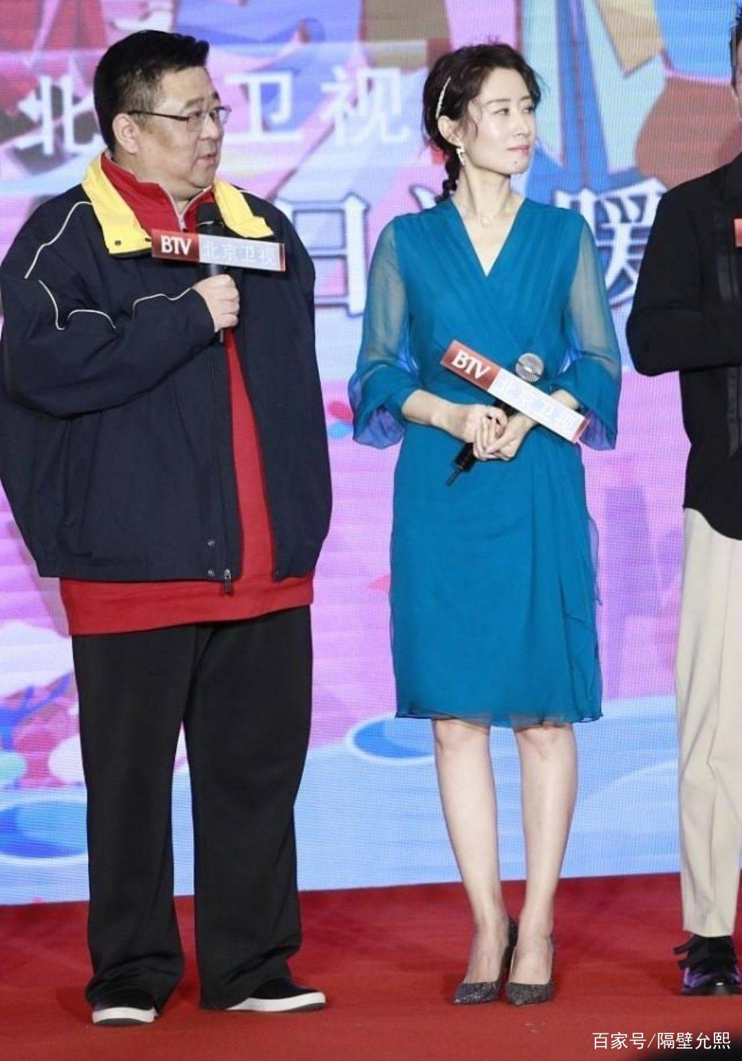 刘敏涛不愧是气质美女,搭配蓝色连衣裙参加活动,尽显优美姿态