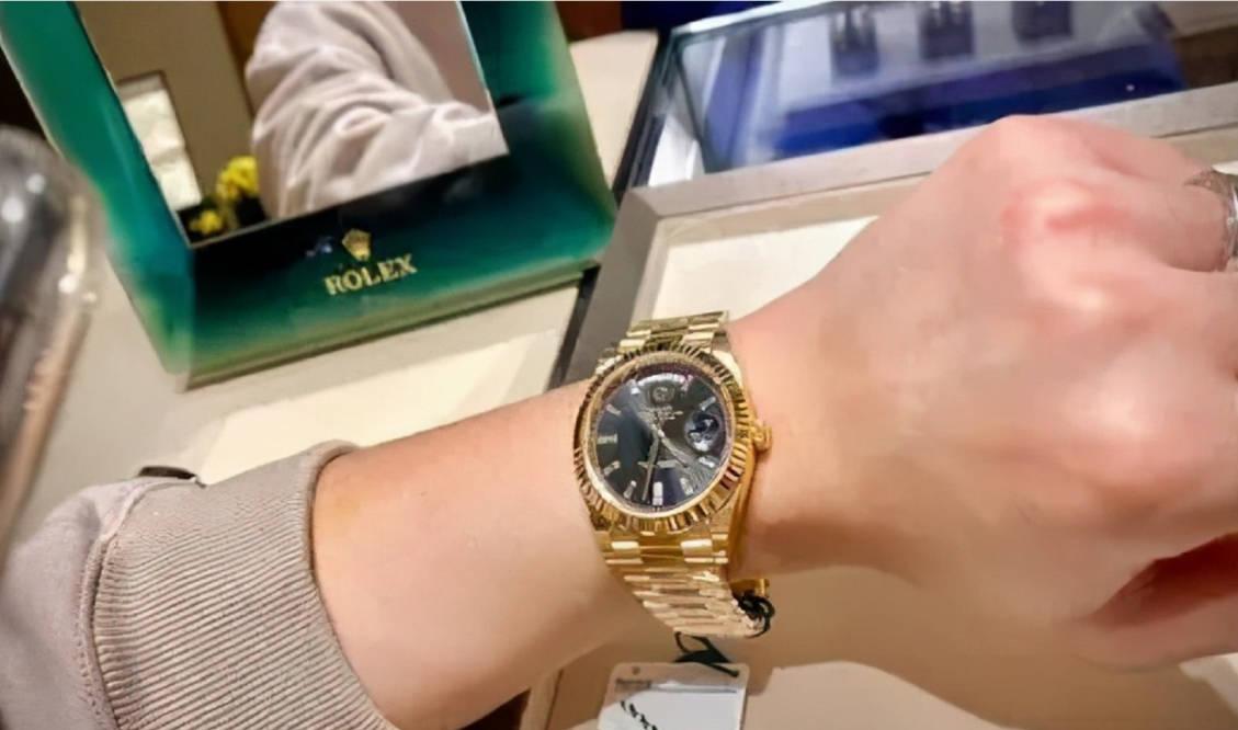 男子花40万购买劳力士手表,一夜之间手表变轻、表链变长,鉴定后却成高仿货