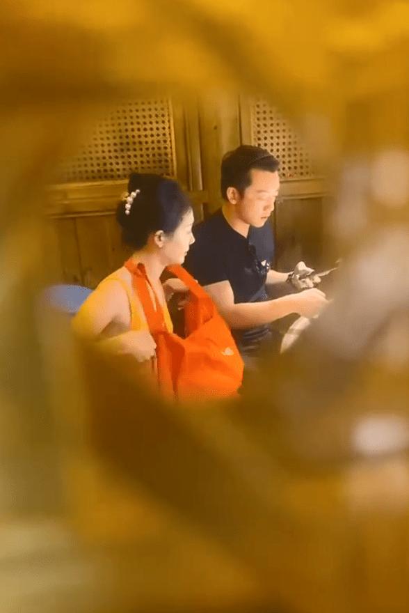 郑恺夫妇吃饭被偶遇,苗苗开心得摇头晃脑,与老公同看手机超甜