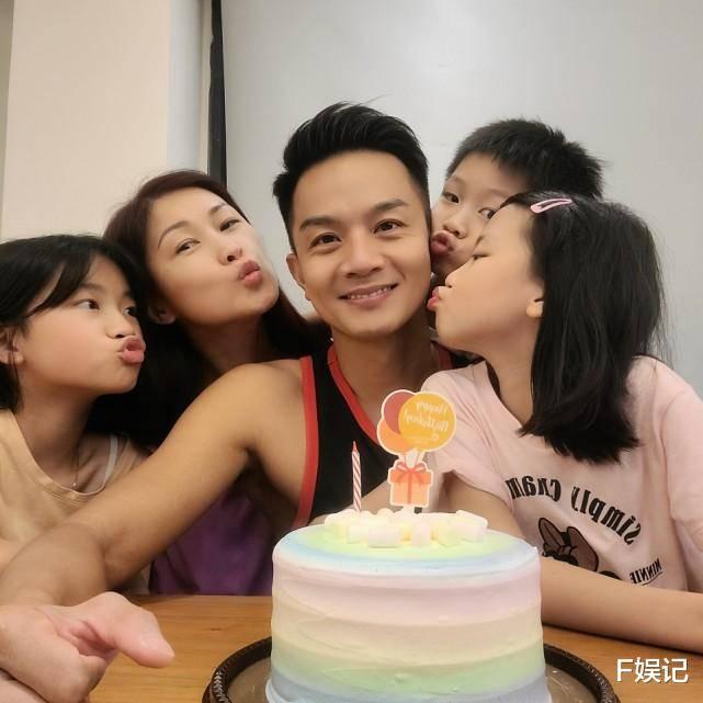 TVB艺人夫妻在家帮大女儿庆祝12岁生日 姐弟三人合影很温馨