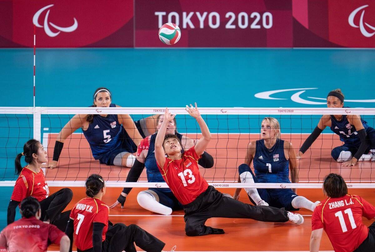 残奥会女子坐式排球决赛,中国队1比3不敌美国队,收获银牌