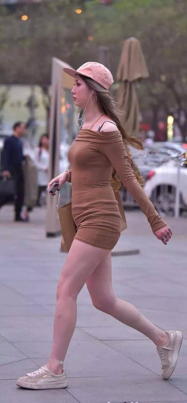 香芋紫V领宽松衬衣搭配深蓝色瑜伽裙,青春时尚,简单百搭