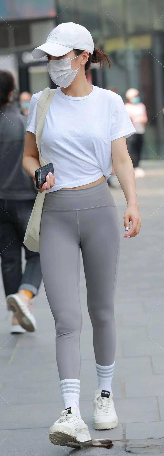 黑色瑜伽裤搭配青灰色紧身上衣,运动范儿十足,还很显瘦