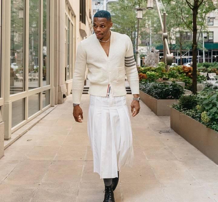 雷人造型!威少穿白色裙子上街太浮夸,球迷直呼辣眼睛