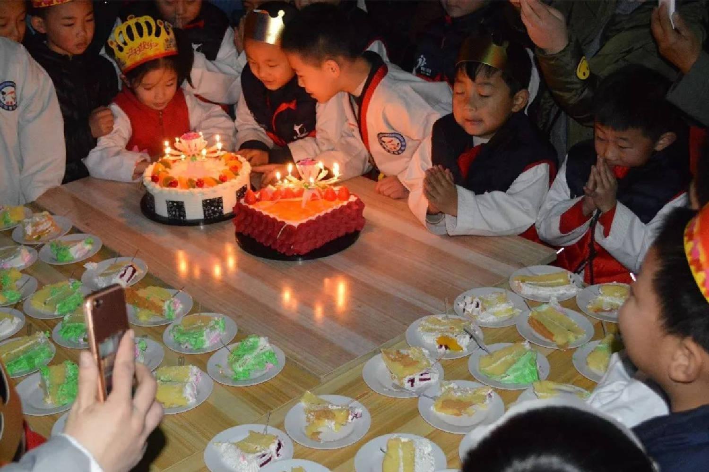 惊喜变成惊吓,日本妈妈给孩子做的生日蛋糕,堪称童年阴影
