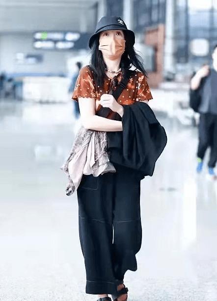 真巨星一点没包袱!周迅穿休闲装走机场,粉袜子套凉鞋竟然不土?