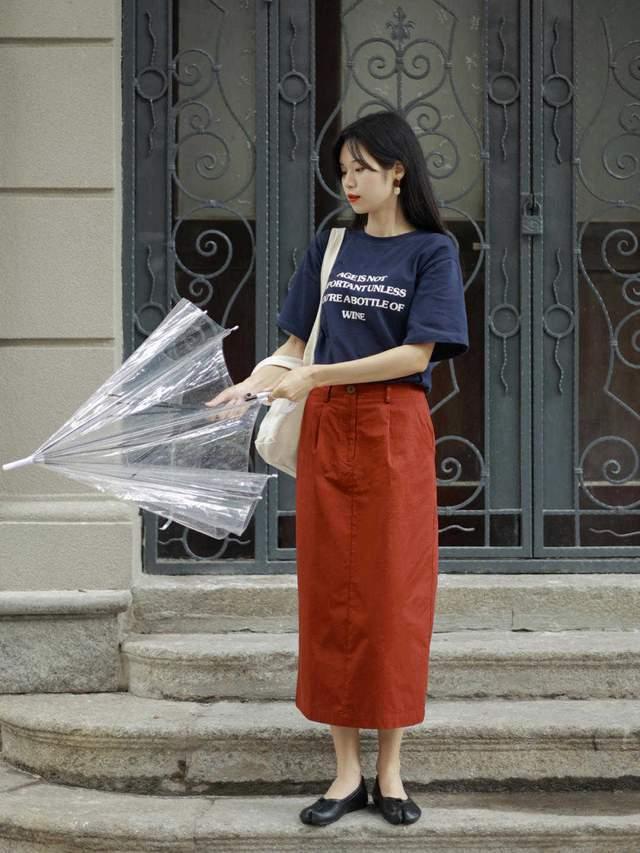 T恤+半身裙才是秋天最美的搭配,30+美女都喜欢这么穿,太洋气了