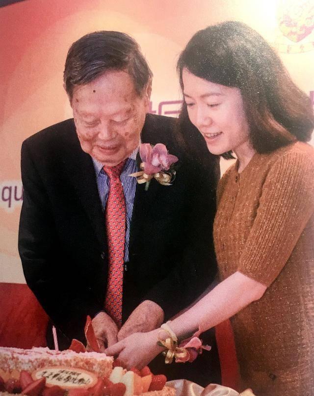 杨振宁百岁寿辰,年龄差54岁的婚姻已走过17载,成就一个爱情童话