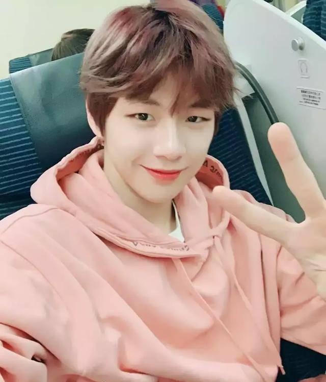 """韩网盘点""""最适合粉色服装""""的男偶像,大家会立刻想到谁呢?"""