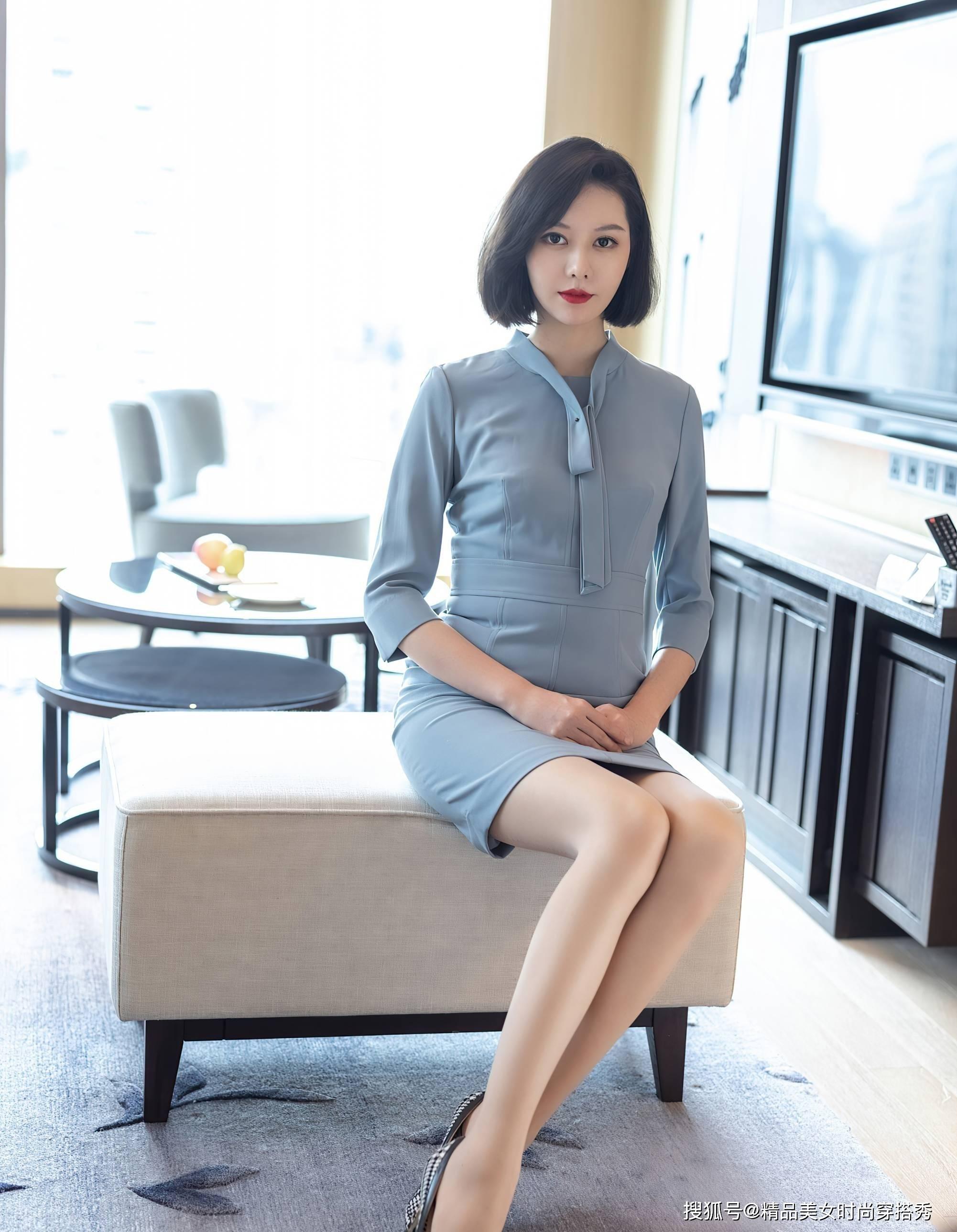 职场穿搭:蓝色连衣裙搭配格子高跟鞋,沉稳又不失女性优雅