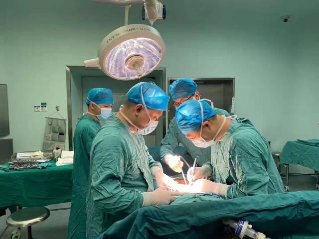 外地患者命悬一线,省肿瘤医院专家连夜施救