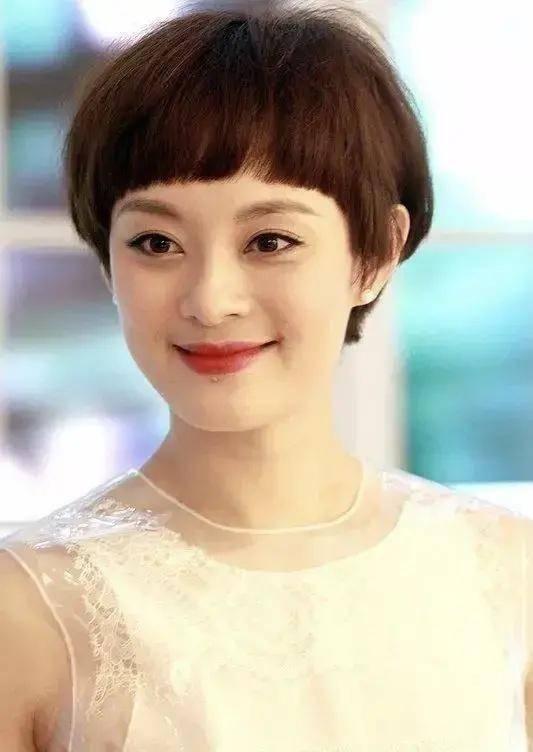 有一种美叫孙俪剪短发,穿薄纱连衣裙如少女,大方捐款有爱心