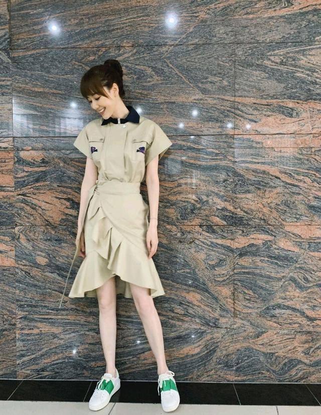 """现在流行一种裙子叫""""裹身裙"""",时髦又显瘦,主持人王冠都上头"""