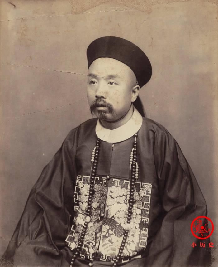 晚清老照片:李鸿章75岁脸上没有皱纹;县太爷审案,亲兵衙役助威
