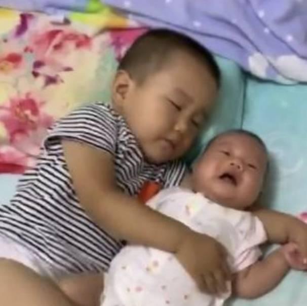 哥哥自告奋勇哄妹妹午休,结果自己先睡着了,妈妈看到后好暖心