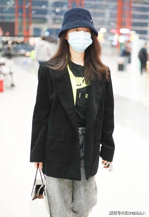 """赵今麦上大学后帅出""""新高度"""",简单搭配黑西装也能穿出明星范"""