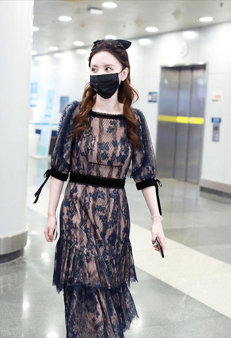 """张萌这身打扮太抢眼,""""蕾丝裙""""穿出少女感,一般人还没这气质"""