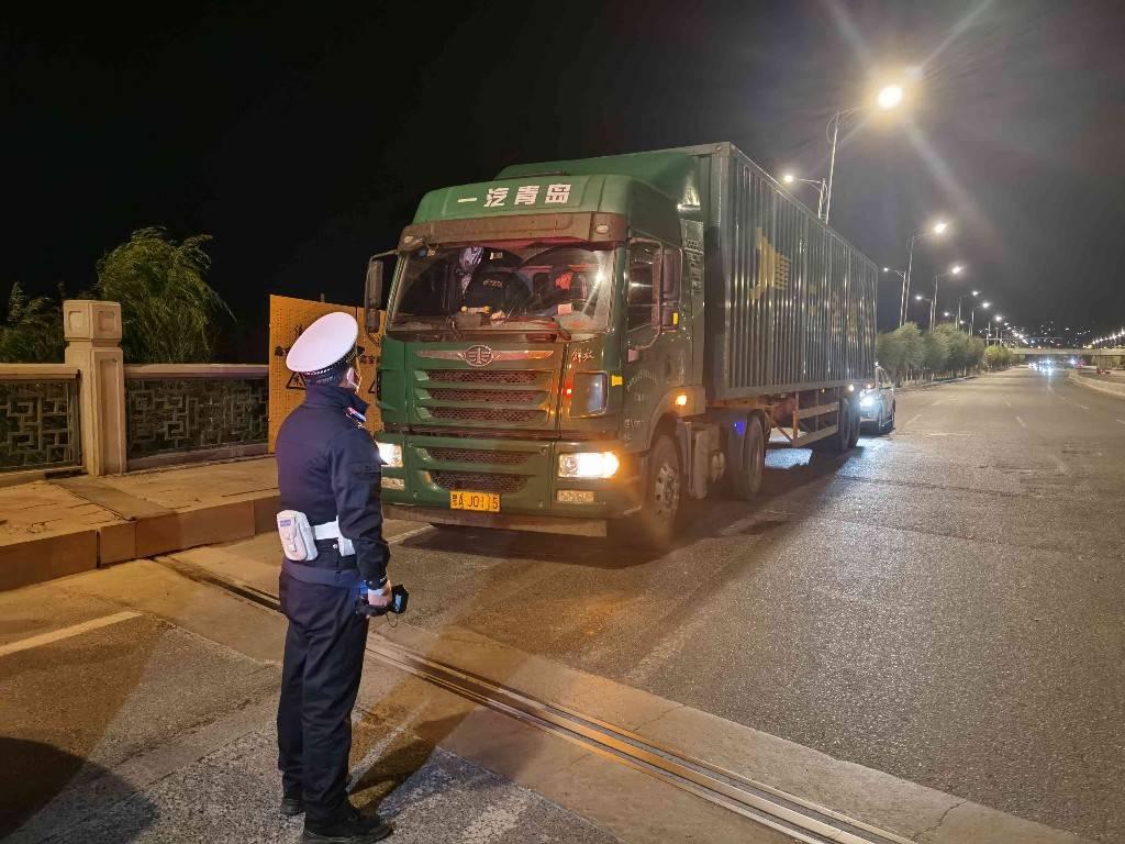 超载超速、闯灯逆行、遮挡号牌 这些大货司机都被罚了!